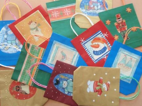 ukázka zdobených vánočních papírových taštiček